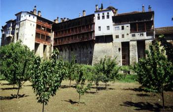 Chilandar, de gastenverblijven gezien vanuit de boomgaard