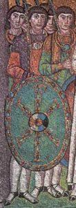 Legerofficieren met een schild waarop het Christusmonogram (San Vitale te Ravenna, 6de eeuw).