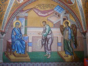Lucas ontvangt het paneel van Gabriël. Nieuw mozaïek in de poort van het klooster